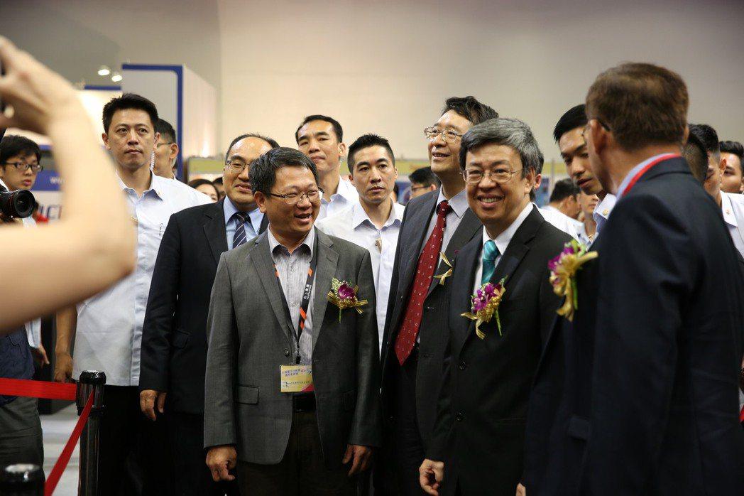 副總統陳建仁先生參觀向上集團於GTI會場展示的品牌產品。