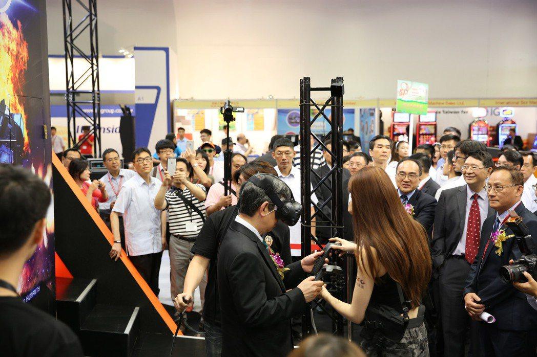 副總統陳建仁先生現場體驗向上集團於GTI會場展示的VR遊戲機。