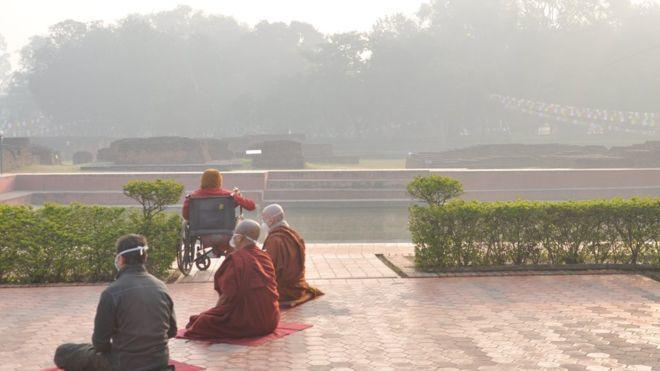 和尚在佛教聖地藍毗尼戴口罩打坐。 圖/翻攝自英國廣播公司