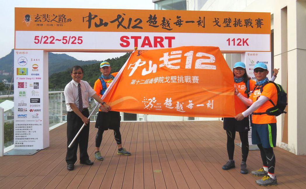 中山大學校長鄭英耀(左一)授旗給戈12團隊。 李福忠╱攝影