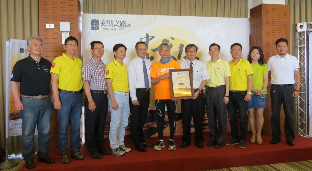 中山EMBA戈12團隊總隊長運錩鋼鐵董事長顏德和(左六),贈送首次發表全台第一首...
