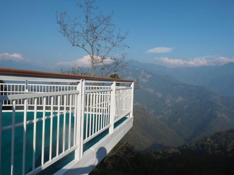 踏上「清境天空步道」,可以遠眺中央山脈和奇萊山的美麗山稜風光。(攝影/黃郁仁)