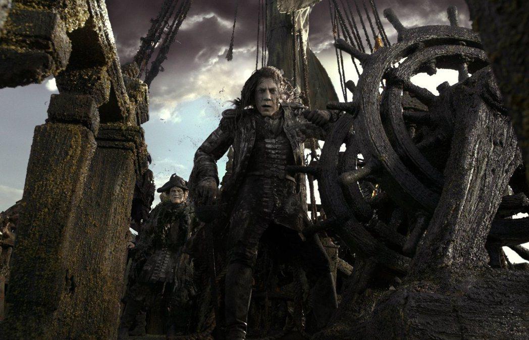 哈維爾巴登(中)飾演陰森恐怖的海盜鬼魂。圖/迪士尼提供