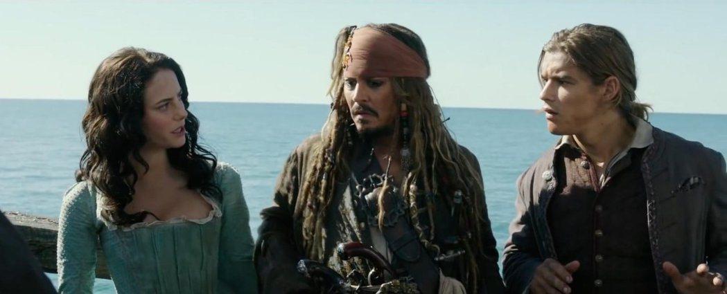 凱雅史寇戴拉里歐(左起)、強尼戴普與布蘭登思懷茲成為「神鬼奇航」系列新的主角組合...