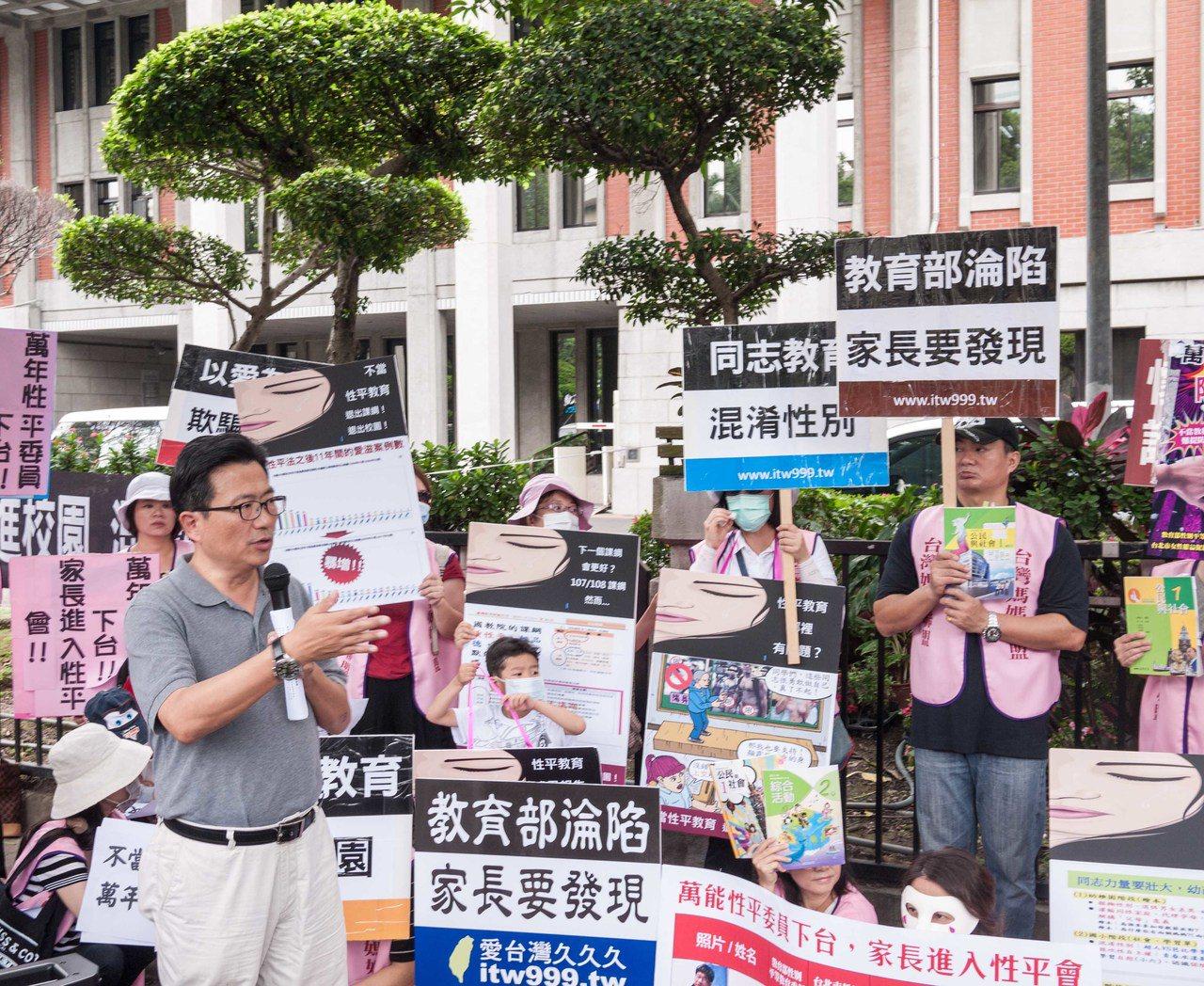 台北市議員吳世正也現身聲援媽媽盟。記者林良齊/攝影
