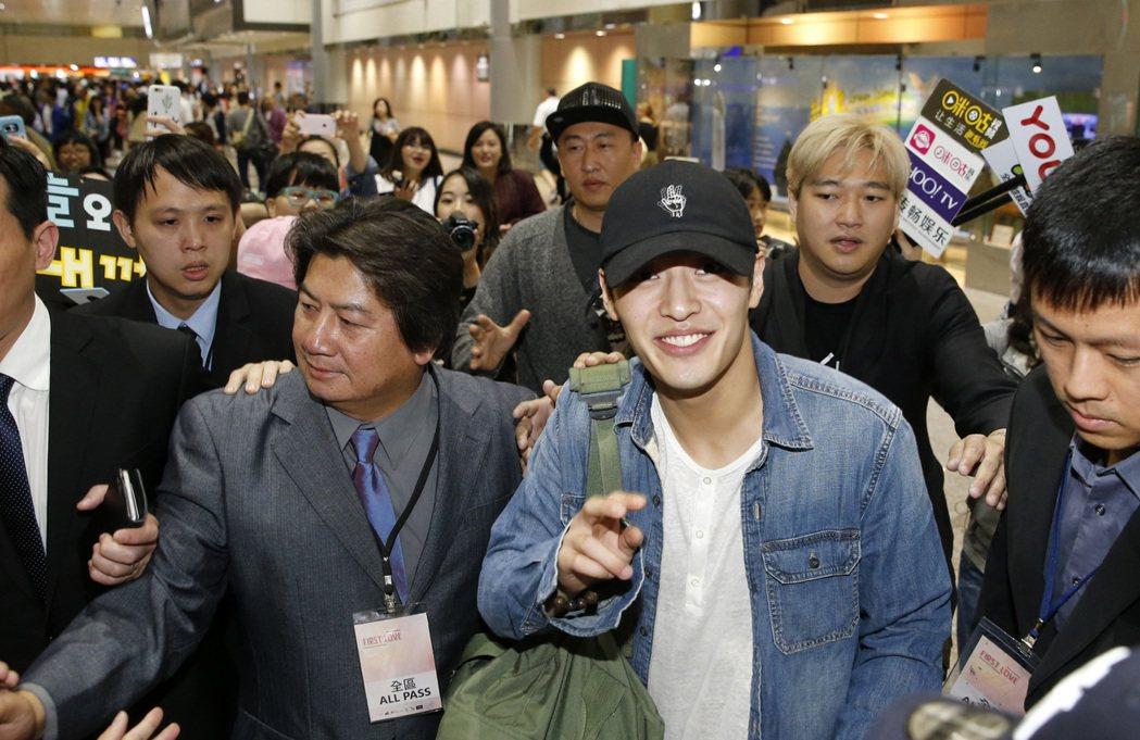 韓星姜河那中午抵達桃園機場,雖然飛機比預定的晚半小時降落,入境大廳約有六十位粉絲...