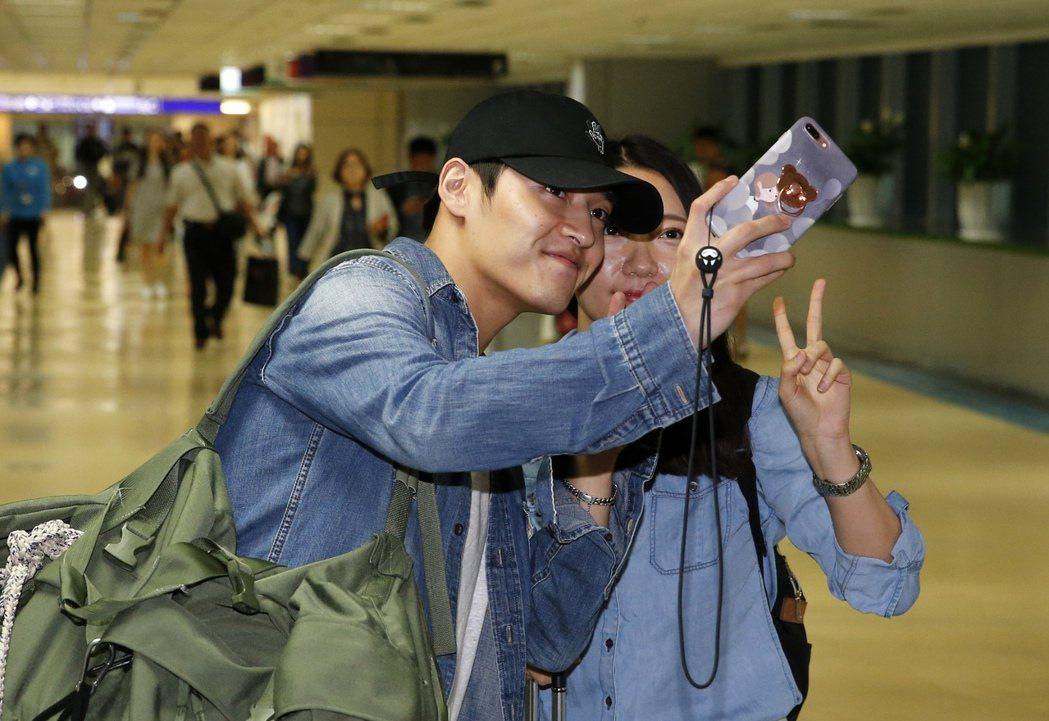 韓星姜河那中午抵達桃園機場,姜河那在走出機場的路上,還親切地跟粉絲玩自拍。記者鄭...
