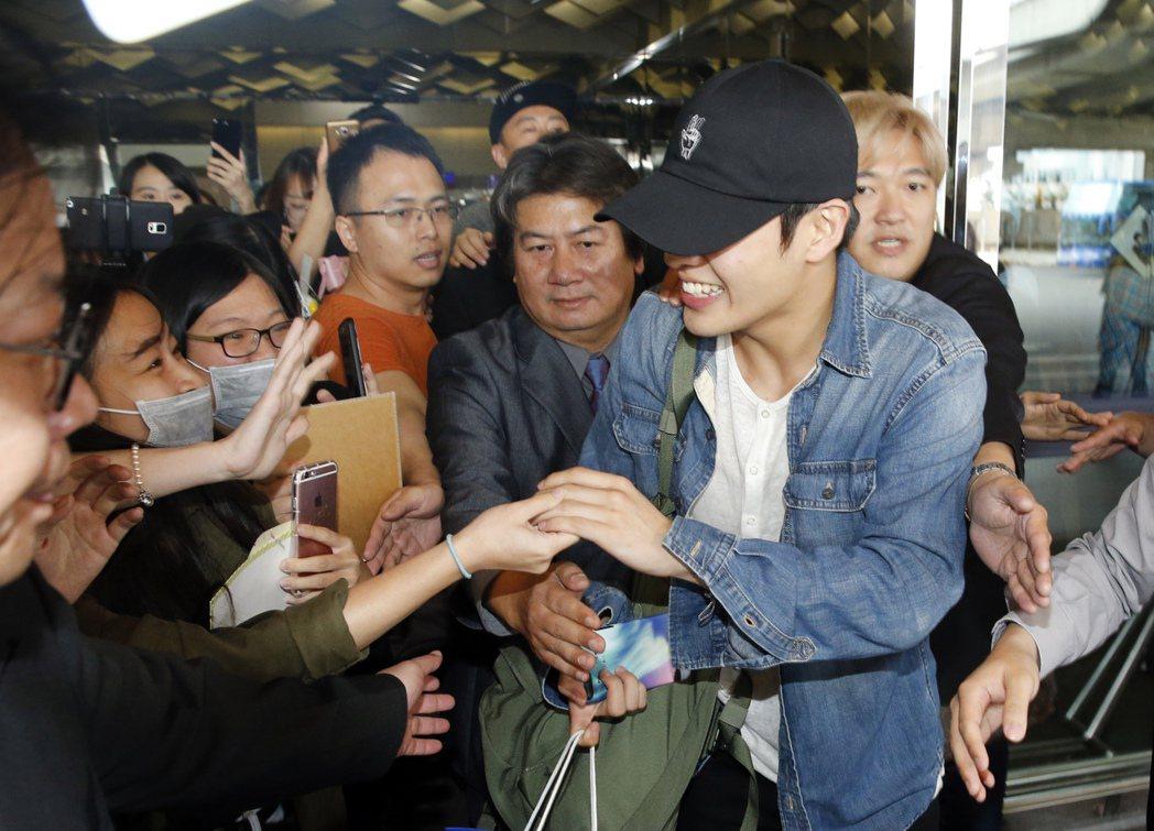 韓星姜河那中午搭乘OZ-711班機抵達桃園機場,走出機場的路上,親切地跟粉絲握手...