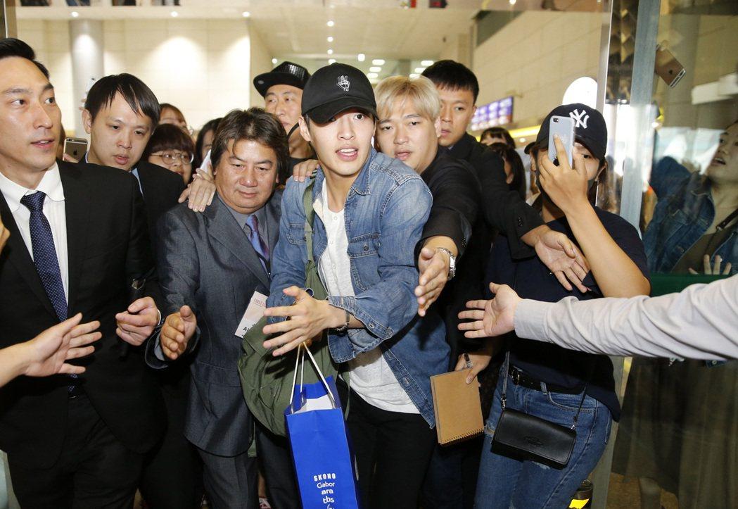 韓星姜河那中午抵達桃園機場,入境大廳約有六十位粉絲大聲尖叫,讓他很驚訝。記者鄭超...