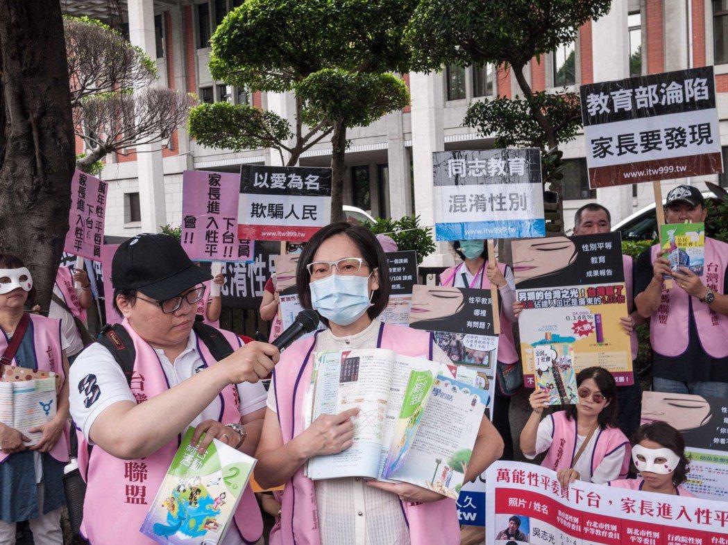媽媽盟今天號召30多人至教育部要求「不當性平教材退出校園」。記者林良齊/攝影