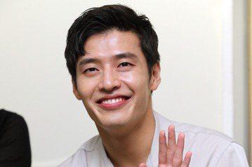 韓星姜河那來台會粉絲,樂觀的他在接受媒體聯訪時,不時對鏡頭前開心的大笑、揮手,並比出手指愛心送給粉絲。