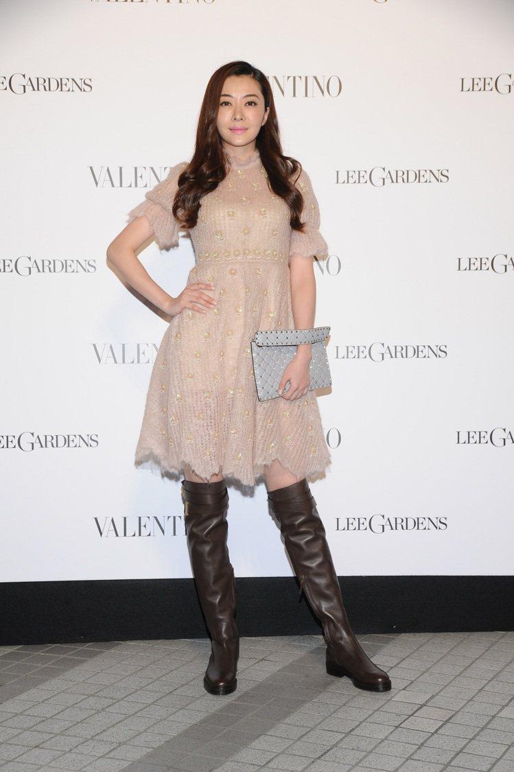 熊黛林穿早秋裸色洋裝搭配長靴混搭帥氣浪漫。