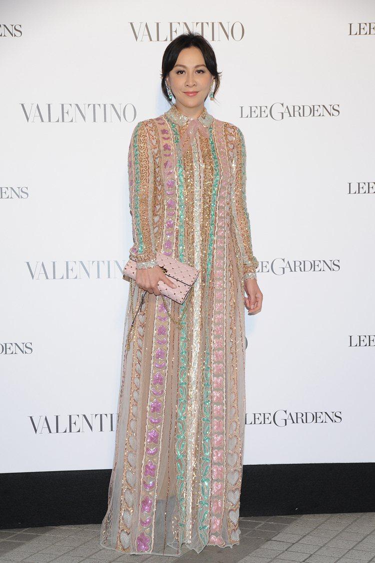 身穿Valentino早秋彩色亮片刺繡禮服的劉嘉玲,集貴氣與夢幻於一身。圖/Va...