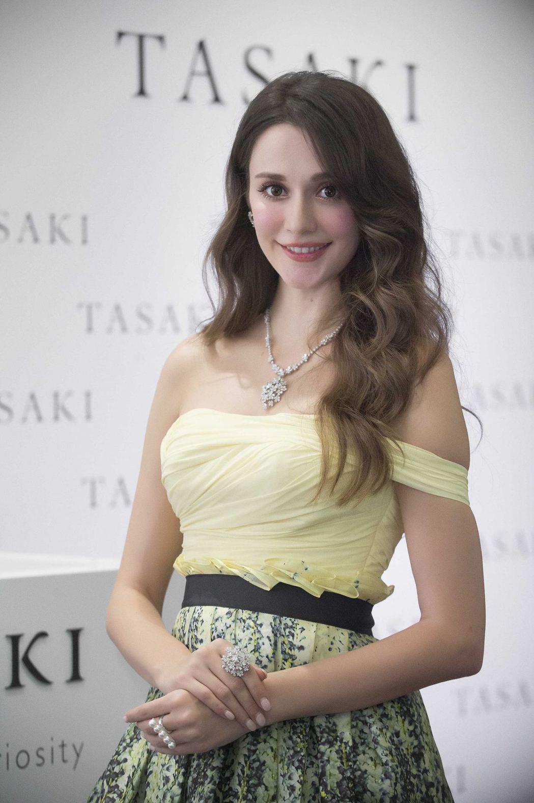 瑞莎配戴TASAKI balance diamonds pave 鑽石珍珠戒指象...