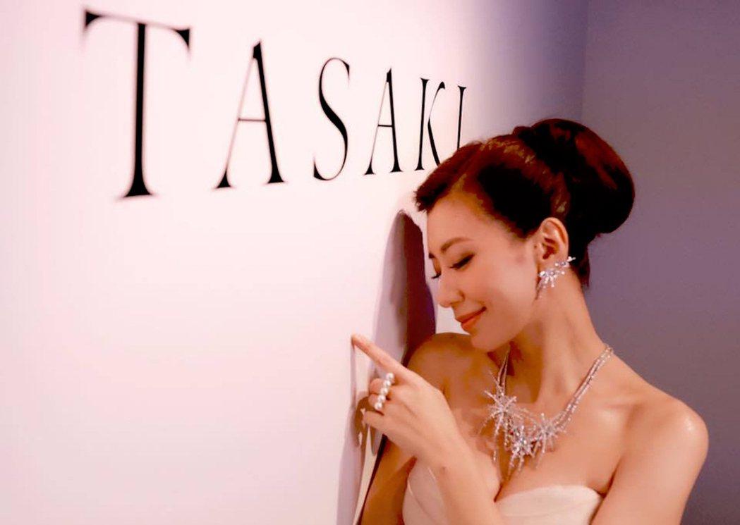 賈靜雯手上戴著象徵幸福一家五口的TASAKI balance珍珠戒指,洋溢幸福微...