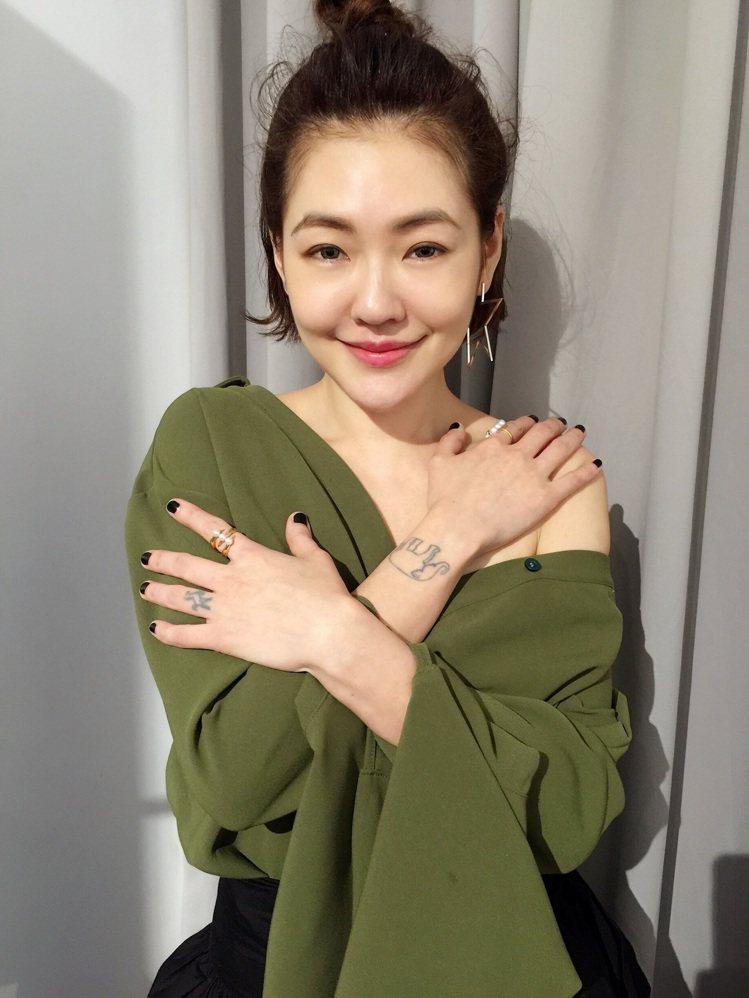 小S配戴TASAKI珠寶出席電影「吃吃的愛」北京記者會。圖/TASAKI提供