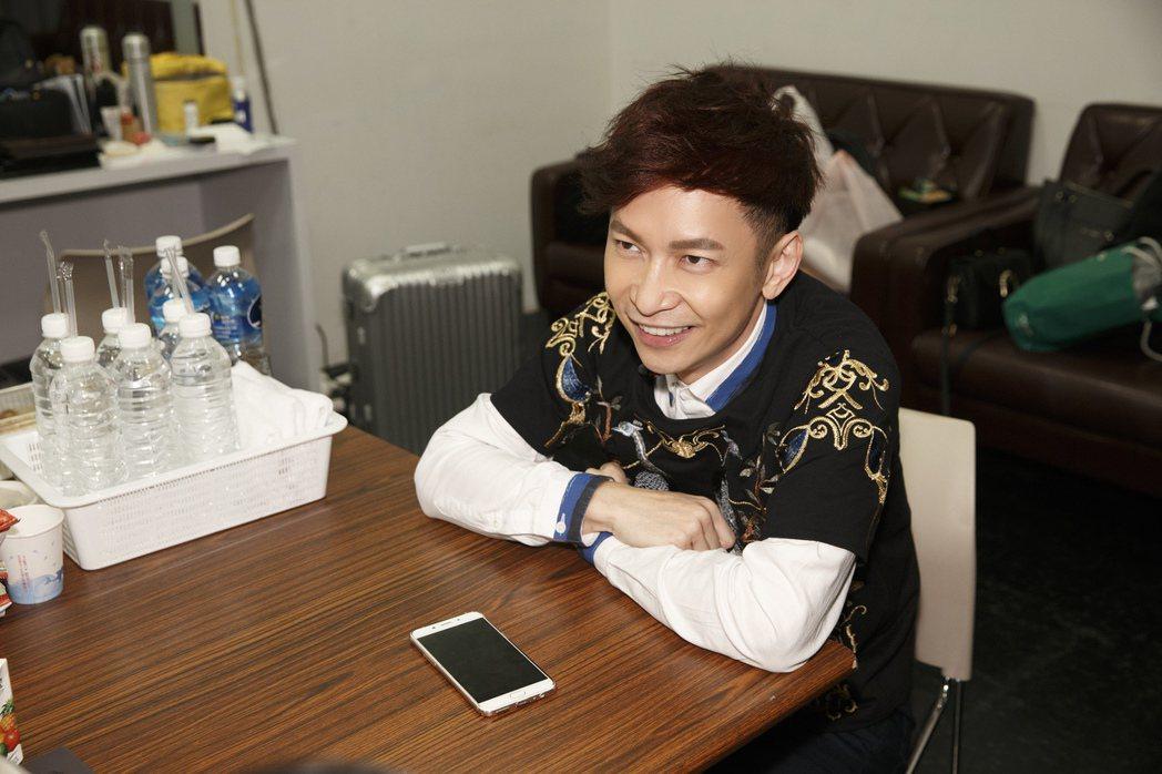 張智成12日在台北開唱,先與媽媽愛的連線。圖/海蝶提供
