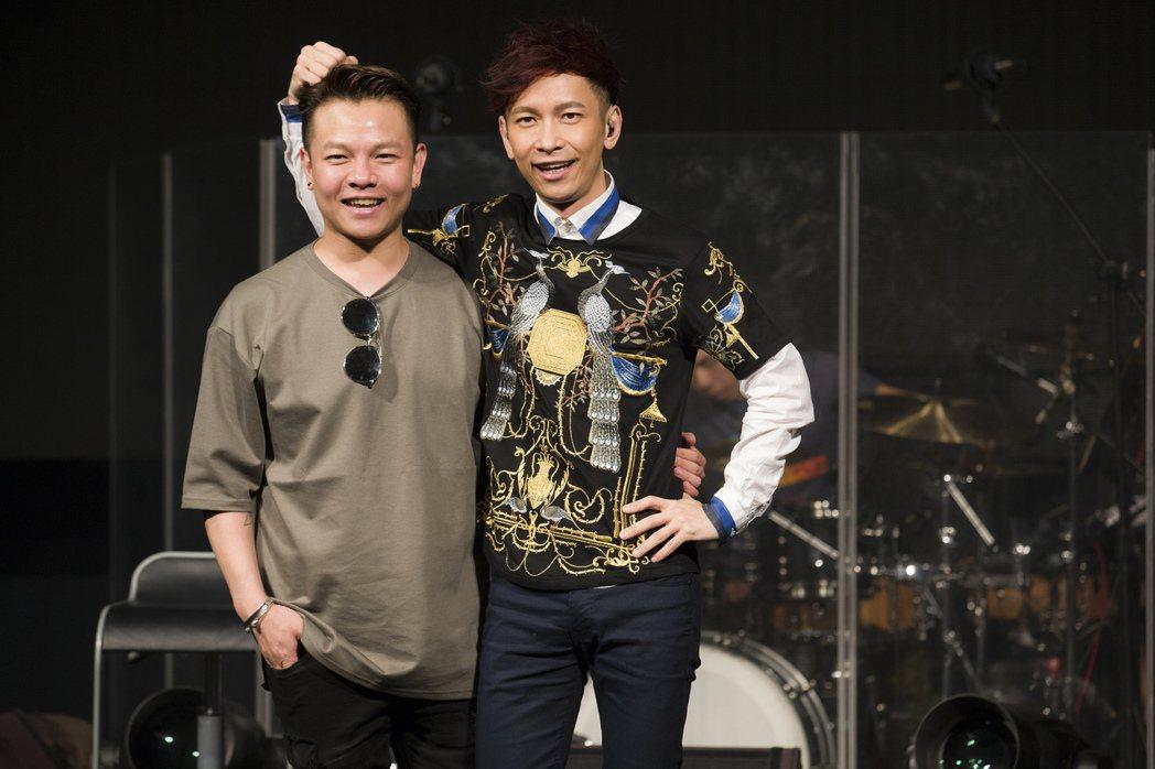 張弟弟(左)銜母命來看哥哥張智成的演唱會。圖/海蝶提供