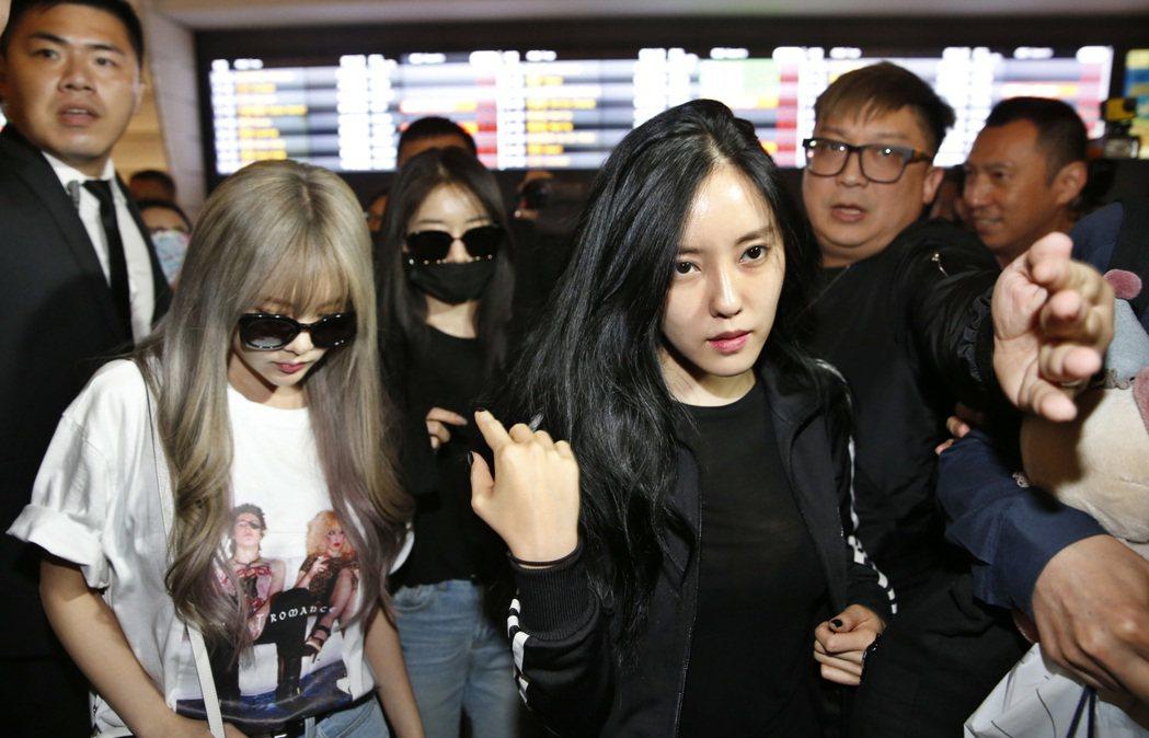 南韓女團T-ARA第一批成員居麗、孝敏、芝妍傍晚搭航班KE-693班機來台。記者...