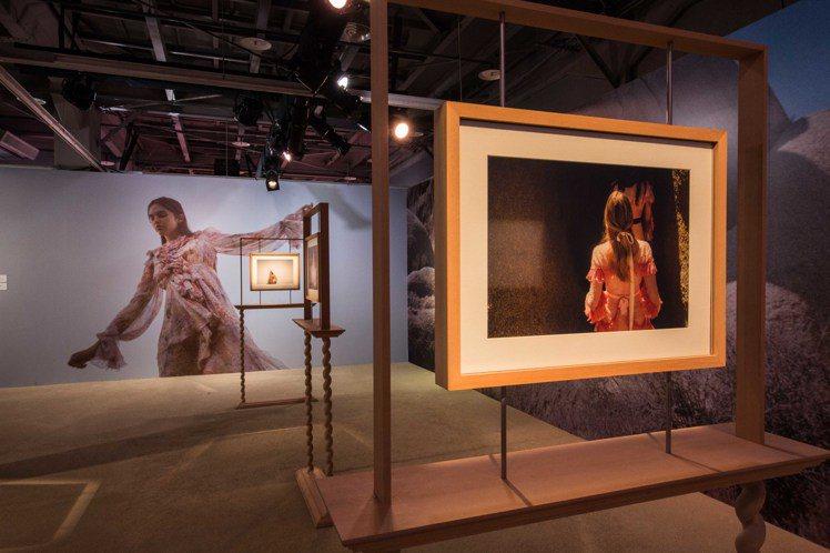吉婭柯波拉在台北展場的展區「夢中之夢」以她熱愛的電影為主題,搭配如夢似幻的攝影作...
