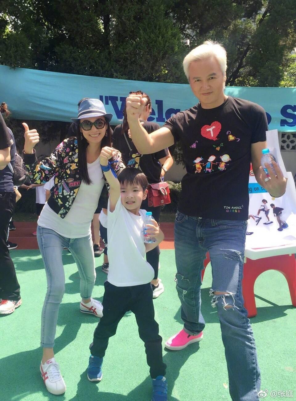 張庭、林瑞陽夫妻日前帶兒子參加學校運動會,看來小腹平坦 。圖/摘自張庭微博