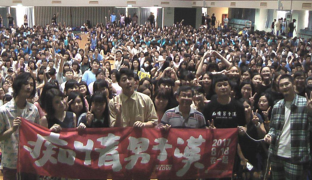 電影「痴情男子漢」演員重回拍攝地鳳新高中,受到師生熱烈歡迎!記者徐如宜/攝影
