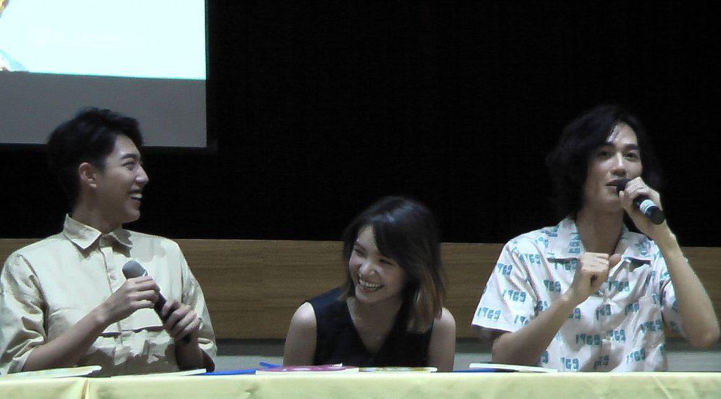 電影「痴情男子漢」演員蔡凡熙、韓笙笙、李英宏(左至右),開心與師生互動。記者徐如...