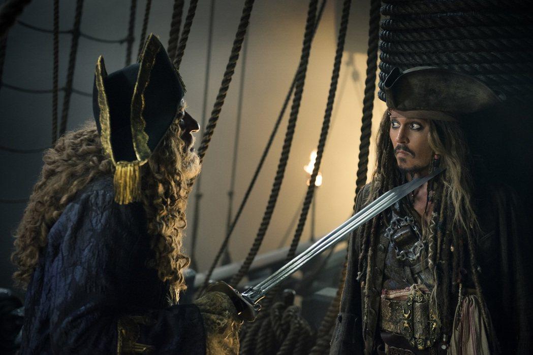 巴博沙船長(左)和傑克船長在「加勒比海盜  神鬼奇航:死無對證」繼續鬥氣。圖/迪...