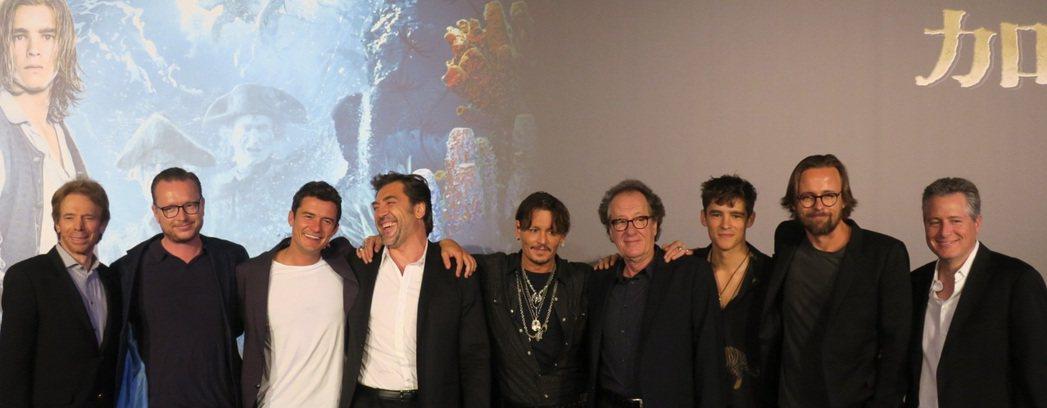 「加勒比海盜  神鬼奇航:死無對證」編導、製片與男主角群包括奧蘭多布魯(左三起)...