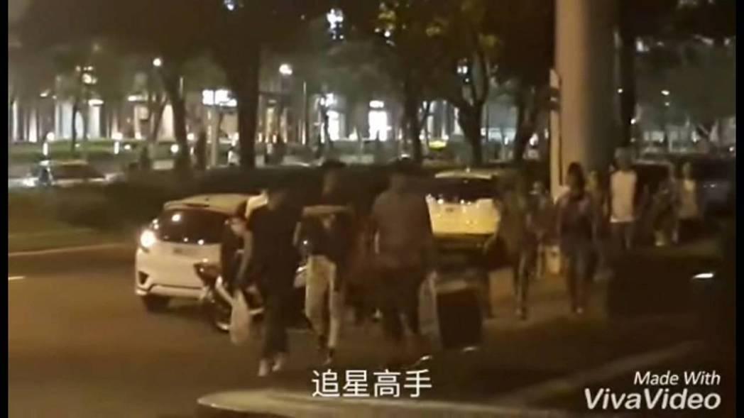 姜河那和韓國工作人員從飯店走到101。圖/摘自追星高手粉絲頁
