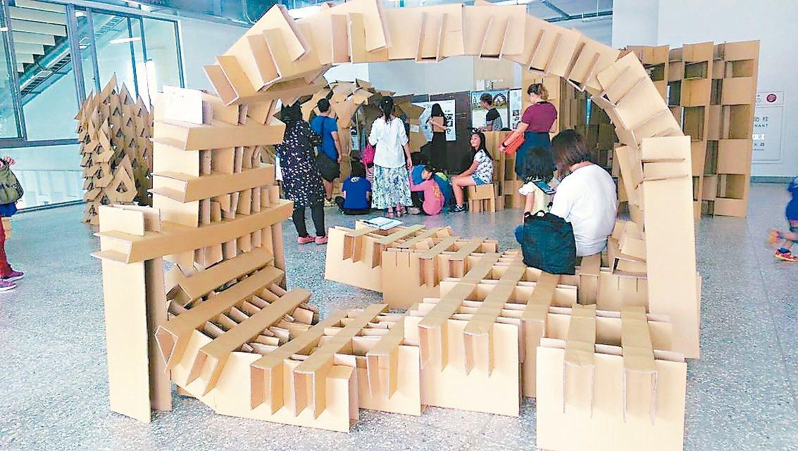 金大建築系大一學生用紙板蓋出獨特的閱讀空間。 記者蔡家蓁/攝影