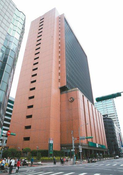 公股行庫大樓建築多半是歷史悠久,圖為第一銀行台北市重慶南路總行大樓。 本報系資料...
