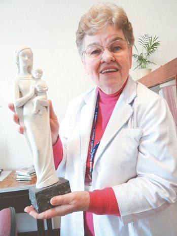 虎尾若瑟醫院前護理部主任方秀仁,50年前帶著聖母像來台,成為她最大寄託。 記者蔡...