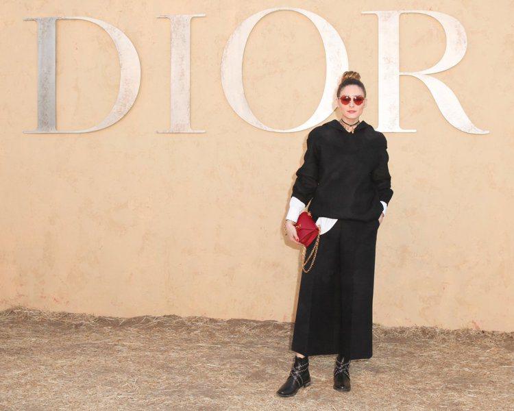 奧莉薇亞巴勒莫以帽T和寬褲穿出個性美。圖/DIOR提供