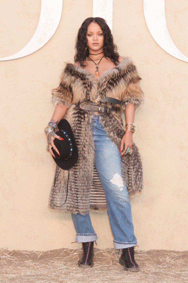 蕾哈娜穿上DIOR早春度假系列的風格,相當點題。圖/DIOR提供