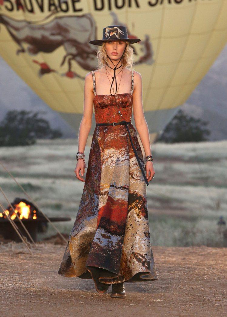 金、赭、黑或紅土色的絲綢緹花,是DIOR早春度假系列主色調。圖/DIOR提供