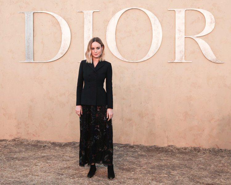 布莉拉森以刺繡裙裝搭襯西裝外套穿出帥氣的女性風采。圖/DIOR提供