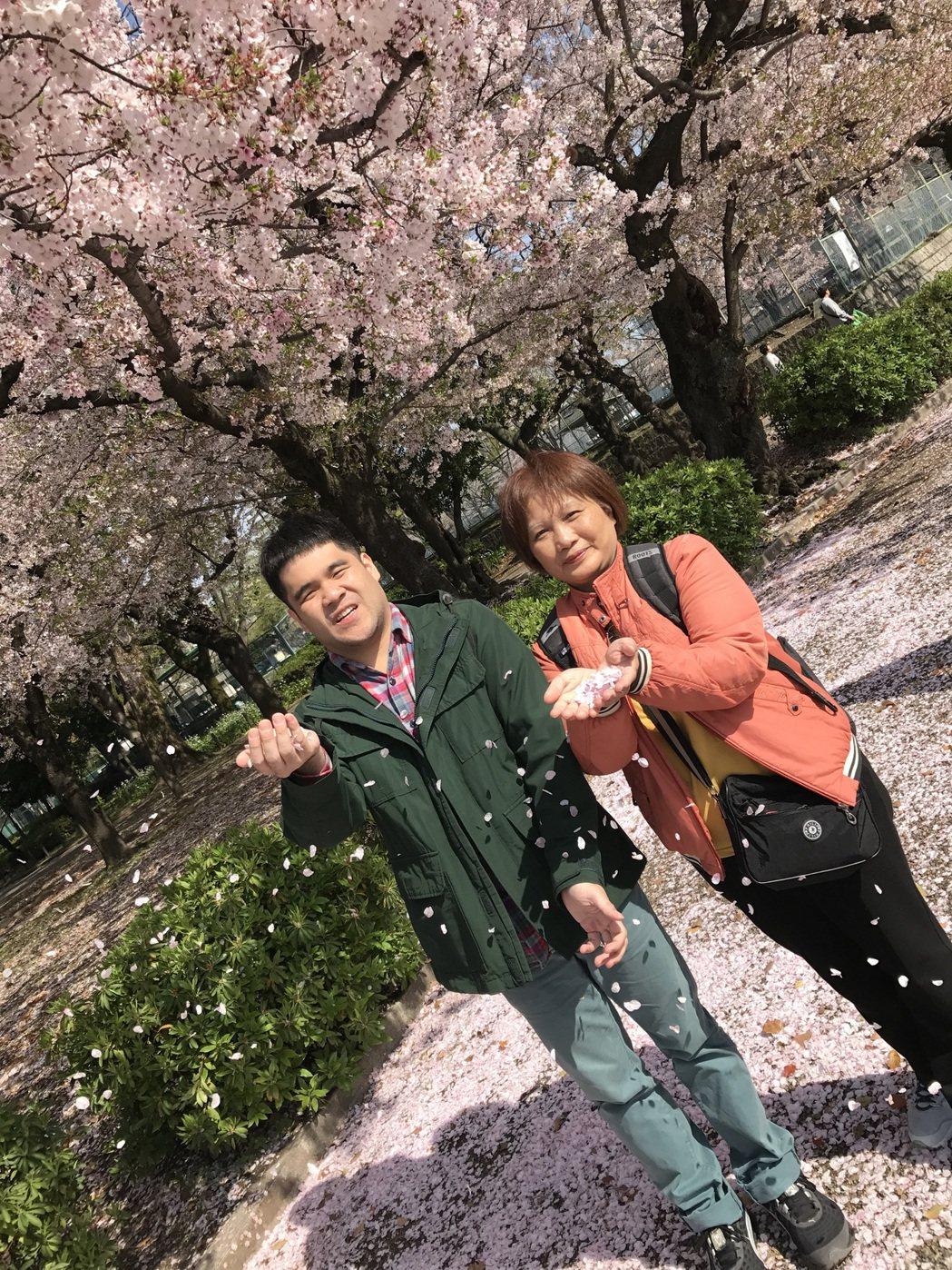 黃裕翔日前帶媽媽到日本賞櫻,提前送了母親節禮物。圖/有享影業提供