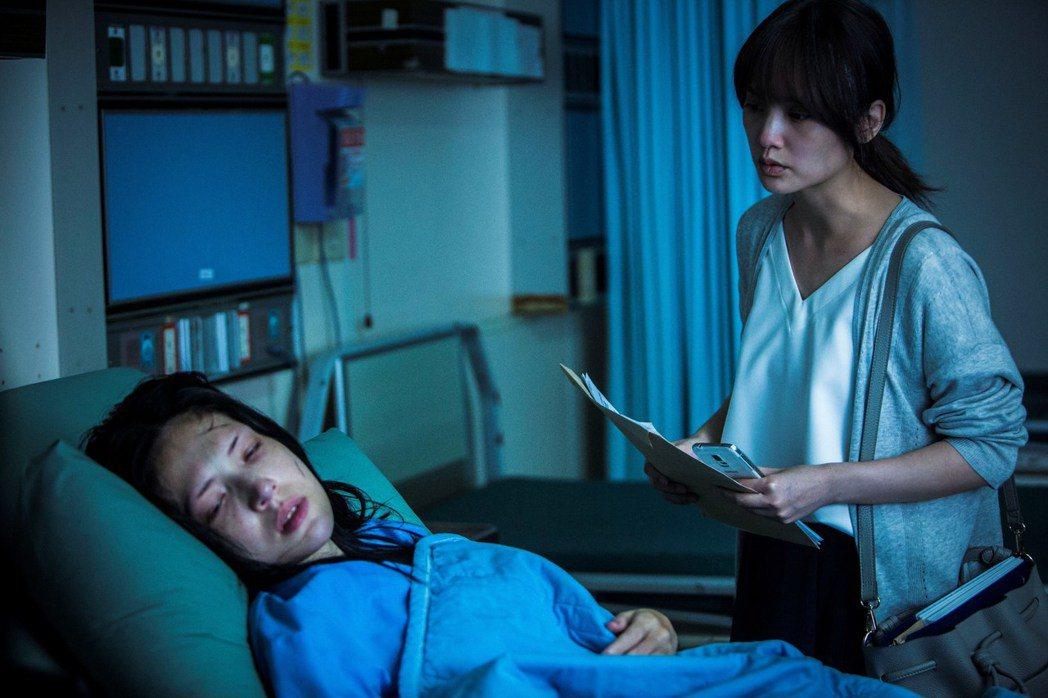 楊丞琳(右)與許瑋甯(左)在「紅衣小女孩2」中有許多對手戲。圖/威視提供