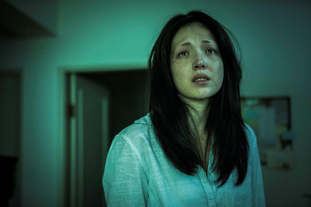 許瑋甯為「紅衣小女孩2」有犧牲演出,剃眉又素顏。圖/威視提供