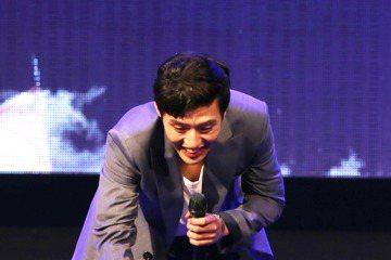 韓星姜河那今晚在台北在ATT SHOW BOX舉行Fist Love in Taipei見面會與粉絲近距離互動,他過去未曾辦過見面會,首次初體驗就獻給台灣,更連辦2場,祭出KTV歡唱、共度晚餐等粉絲...