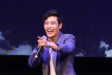 韓星姜河那13日在ATT SHOWBOX舉辦個人粉絲見面會,他一出場就高歌韓劇「天使之眼」的主題曲,展現不遜於歌手實力的好歌喉。他在韓國從未辦過見面會,首次處女秀獻給台灣,但人氣並未化成買氣,現場門...