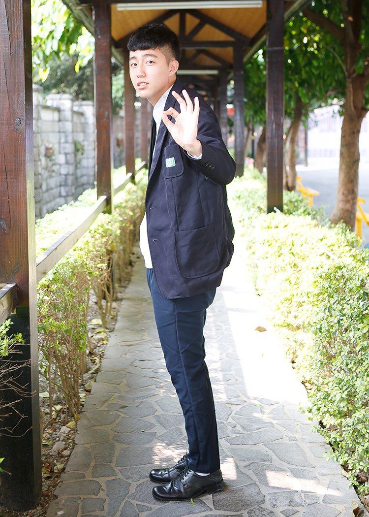 身高185公分的蔡凡熙,就讀莊敬高職演藝科時,就很被看好,圖為他在畢業紀念冊裡的...