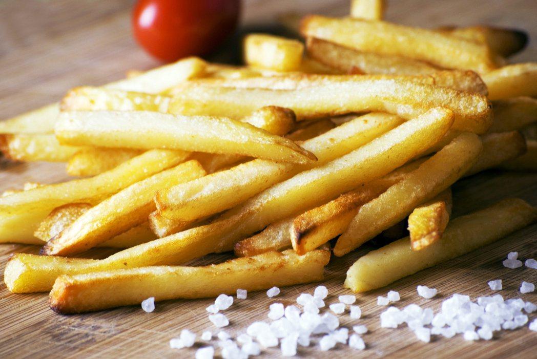 被診斷出高血壓,其中一個原因,就是你吃得太鹹。但這可不是高鈉飲食唯一的問題,即使...