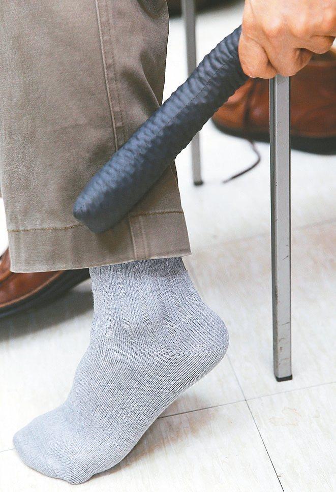 韓柏檉教授示範以黃豆棒敲打身體各部位。 記者曾學仁/攝影