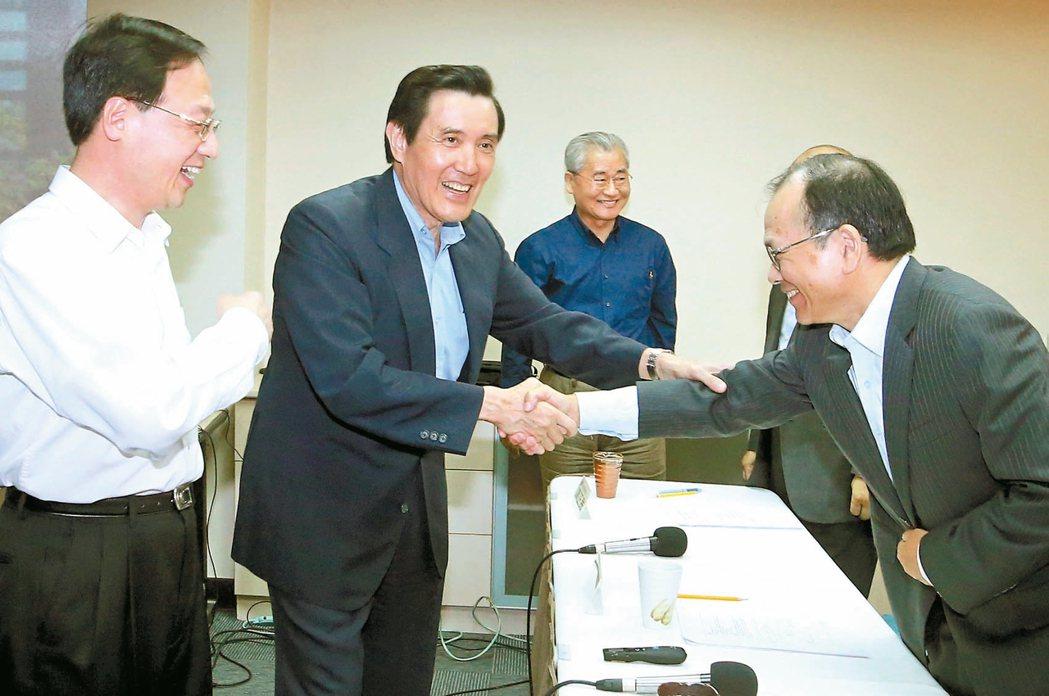 行政院前院長江宜樺(左一)主導成立的「長風文教基金會」,昨舉辦座談會,質疑前瞻計...