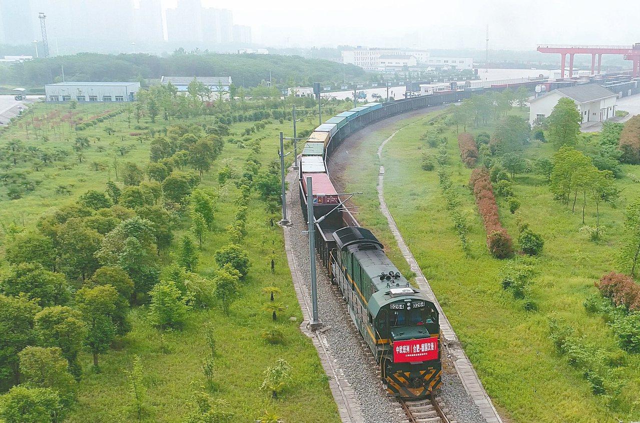 大陸開往歐洲的鐵路貨運班列不斷增加,圖為日前從安徽合肥站駛出,準備開往德國漢堡的...
