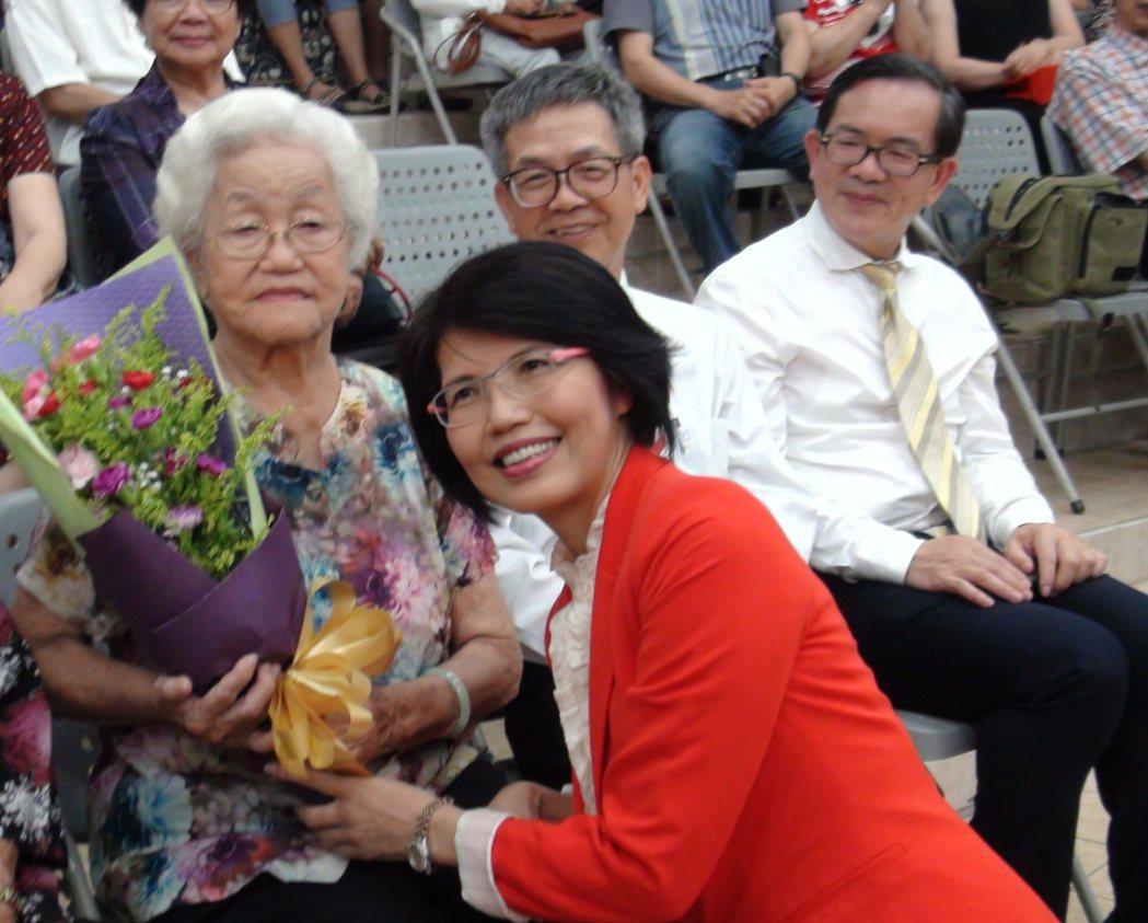 王瓊玲(左二)新出版散文「人間小情事」,寫到她的「俠女老媽」(左一)。 記者謝恩...