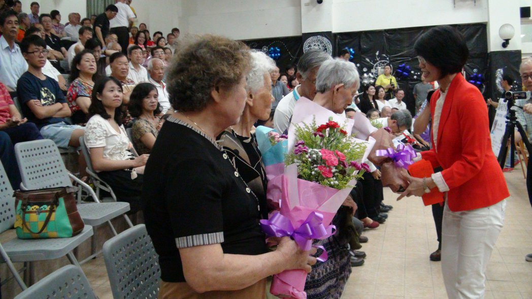 王瓊玲(右一)獻花和版稅給八二三遺孀和遺族。 記者謝恩得/攝影