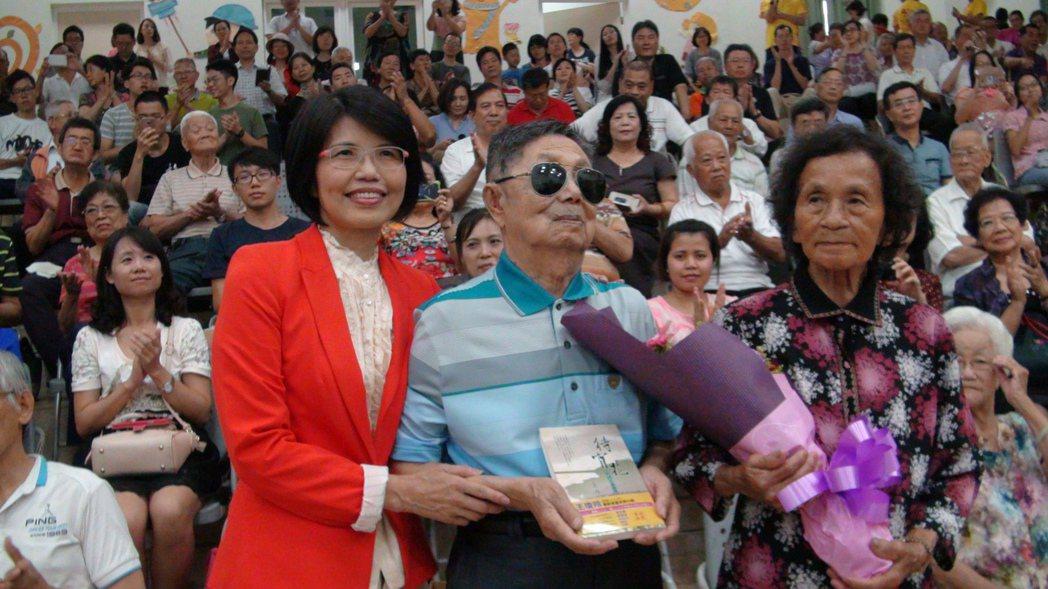 王瓊玲(左一)長篇小說「待宵花」在家鄉嘉義縣梅山發表會,書中主角阿祿叔夫婦(右二...